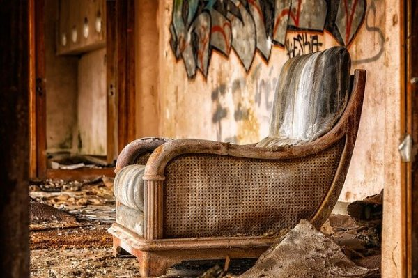 Ilustrasi furniture kayu rusak